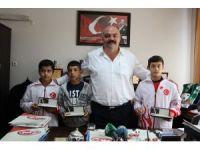 Mahmut Demir'den başarılı güreşçilere altın ödül