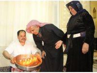 Yaş pasta yerine çiğköftenin üzerindeki mumları üfleyip doğum gününü kutladı