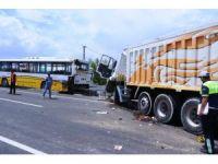 Kamyon yolcu otobüsüne çarptı: 4 yaralı