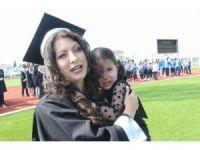 Mezuniyet coşkusunu küçük kızıyla birlikte yaşadı