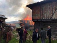 Taşköprü'de ahşap ev alev alev yandı
