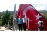 Adıyaman'da ki en büyük bayrak Dakuyucak köyünde dalgalanıyor