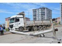 Park halindeki kamyon elektrik direğini yıktı