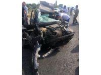 Direksiyon hakimiyetini kaybeden şoför Tıra çarptı: 1'i ağır 2 yaralı
