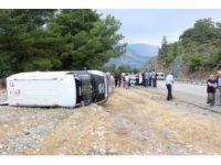 Antalya'da otel servis minibüsü devrildi:5 kişi yaralandı