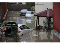 Apartman duvarı yıkıldı, araçlar sel sularına gömüldü
