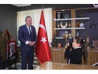 Fotoğraf tutukunu Yaren başkan Şahiner'in fotoğraflarını çekti