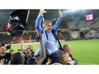 Şenol Güneş, Beşiktaş'la üst üste ikinci kez şampiyonluk yaşadı