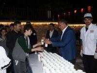 Zeytinburnu'nda teravih sonrası limonata ikramıyla serinlediler