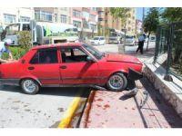 Niğde'de otomobil kaldırımdaki yayalara çarptı: 2 yaralı