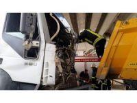 Kuşadası'nda hafriyat kamyonu tır ile çarpıştı: 1 yaralı
