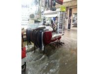 İzmir'de hayatı felç eden yağmurla araçlar da sürüklendi