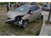 Aliağa'da iki otomobil çarpıştı: 1 yaralı