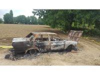 Çaldıkları otomobili tarlada ateşe verdiler