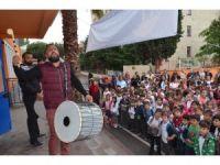Öğrenciler davul ve manilerle karşılandı