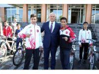 İl Milli Eğitim Müdürü Elmalı, başarılı sporcuları ödüllendirdi