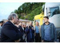 Vali Doğanay TIR kuyruğunda bekleyen şoförleri ziyaret etti
