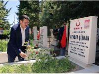 Bakan Tüfenkci şehitliği ziyaret etti