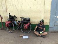 Afrika'yı bisikletiyle dolaşıyor