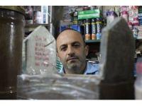 Ölümü hatırlatmak için iş yerinde maket mezar sergiliyor
