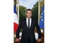 Macron merakla beklenen resmi portresini paylaştı