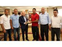 Kırkpınar'ın yıldızı Köseoğlu Başkan Sekmen'i ziyaret etti