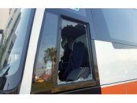 Yolda şınav çekerken kendisini uyaran tur otobüsünün camlarını kırdı