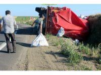 Kamyonu şarampole yuvarlanan sürücü yola savrulan gübreleri topladı