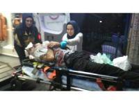 Otomobil trafik ışıklarına çarptı: 1'i ağır 2 yaralı