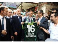 Başbakan Yardımcısı Çavuşoğlu sokak müzisyenine bahşiş verdi