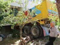 Freni patlayan kamyon eve çarptı