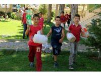 Öğrenciler camileri için pet şişe topluyor