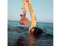 Denize giren kepçe battı
