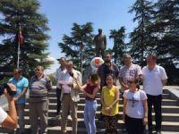 Gazeteciler Atatürk Anıtı'na çelenk koydu