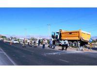 Hafriyat kamyonu otomobili biçti: 1 ölü