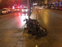 Motosiklet trafik lambasına çarptı: 1 kişi hayatını kaybetti, 1 yaralı