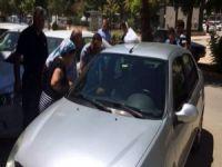 Otomobilde bırakılan çocuk cam kırılarak kurtarıldı