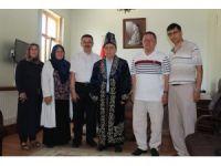 """Kazak Türkleri kaymakama """"Çapan"""" giydirdi"""