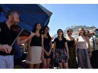 Semt pazarında klasik müzik konseri