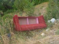 Yol kenarlarına dökülen çöpler çevre kirliliğine neden oluyor