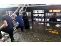 Otobüs üzerinde mahsur kalanlar merdivenlerle kurtarıldı