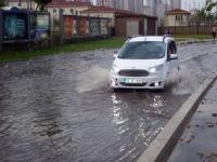 Ataşehir'de su baskınları nedeniyle vatandaşlar yolda mahsur kaldı