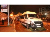 Şiddetli yağış dev ağacı turistleri taşıyan minibüsün üzerine devirdi