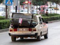 Çöpten aldığı çelik kapıyı otomobilin bagajında taşıdı