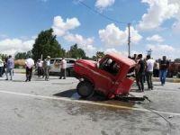 Ticari aracın çarptığı kamyonet ortadan ikiye bölündü