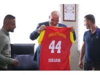 Taraftarlar Derneği'nden iş adamı Ilıcak'a Malatyaspor forması