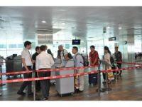 İngiltere yolcuları ilk kez elektronik cihazlarıyla uçağa bindi