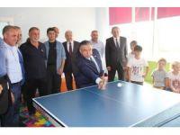 Bakan Yılmaz öğrencilerle masa tenisi oynadı