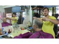 Burhaniye'de 5. kuşak berberden babaya saç tıraşı
