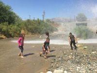 Çocuklar tazyikli suyla serinledi